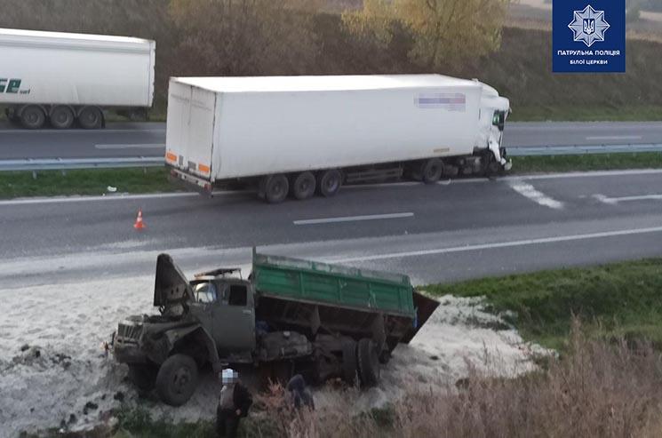 Неподалік Білої Церкви на трасі зіткнулися дві вантажівки